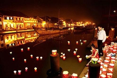 Releasing fower-garland on Hoai River