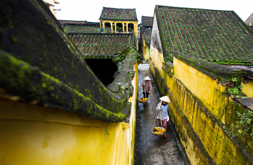 small alley in hoi an