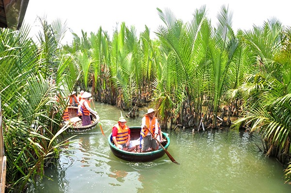Chèo thúng khám phá rừng dừa Cẩm Thanh